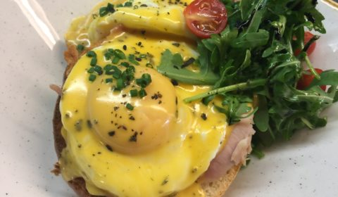 Tostadas con huevos benedict, bacon, ensalada, carta de brunch, desayunos, terraza, restaurante, 9 granados
